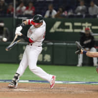 Mexico's Efren Navarro hits a broken-bat single to drive in the winning run against the United States in the Premier12 bronze-medal game on Sunday at Tokyo Dome. | AP