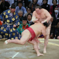 Hakuho defeated on Day 2 as title race blown open