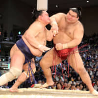 Hakuho survives Day 4 challenge