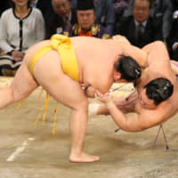 Hakuho moves ahead of the pack
