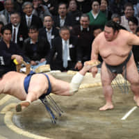 Hakuho stays on track for 43rd title