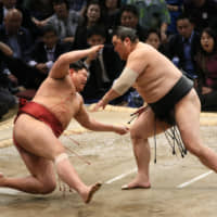 Hakuho steps toward another title