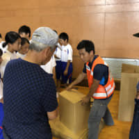 A member of Fire And Safety Team, a volunteer group of university students in Kyoto, instruct school children during a disaster drill in Kyoto. | KYOTO PREFECTURE