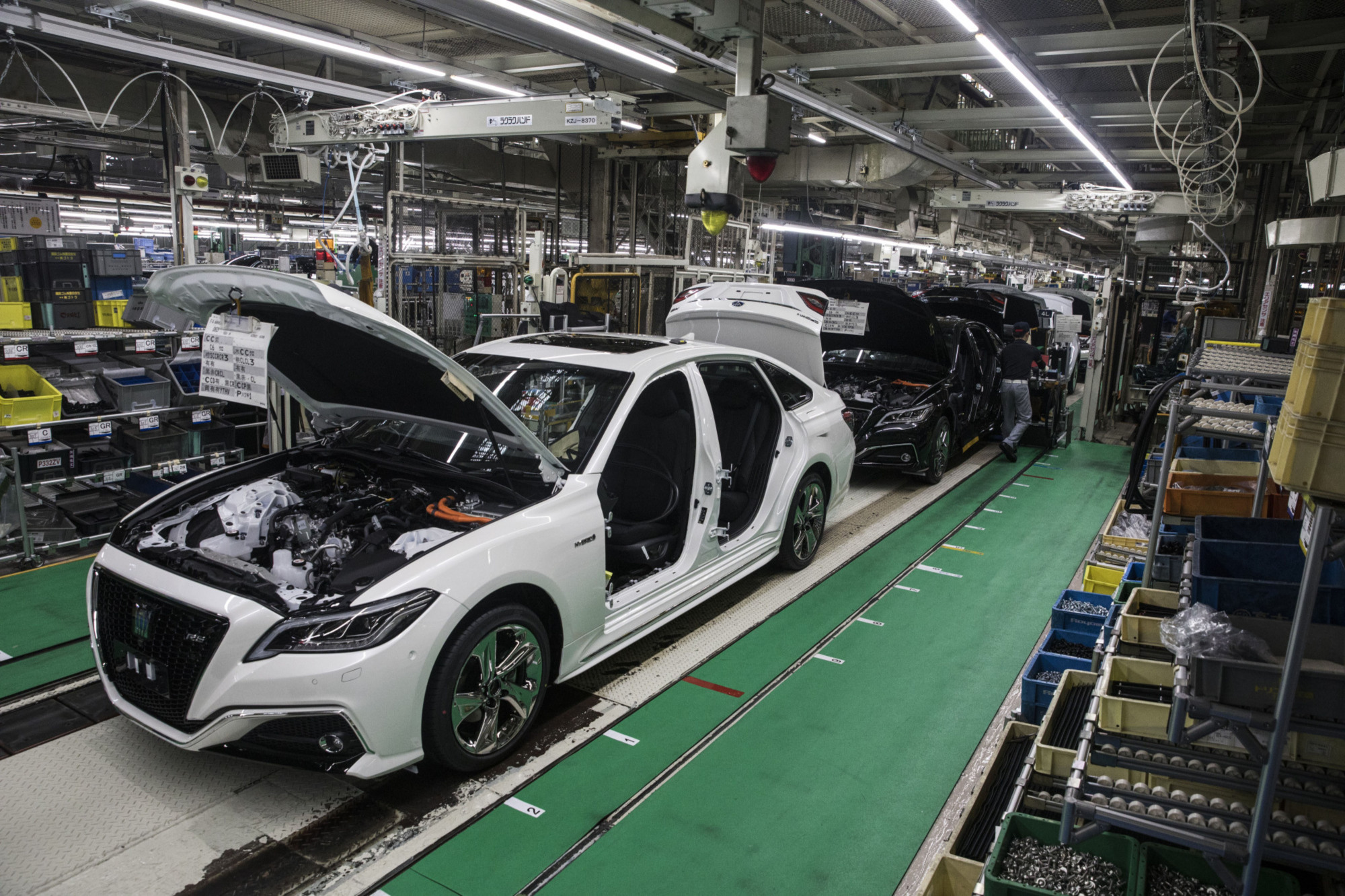 Crown sedans move along the assembly line at the Toyota Motor Corp. Motomachi plant in Toyota, Aichi Prefecture. | BLOOMBERG