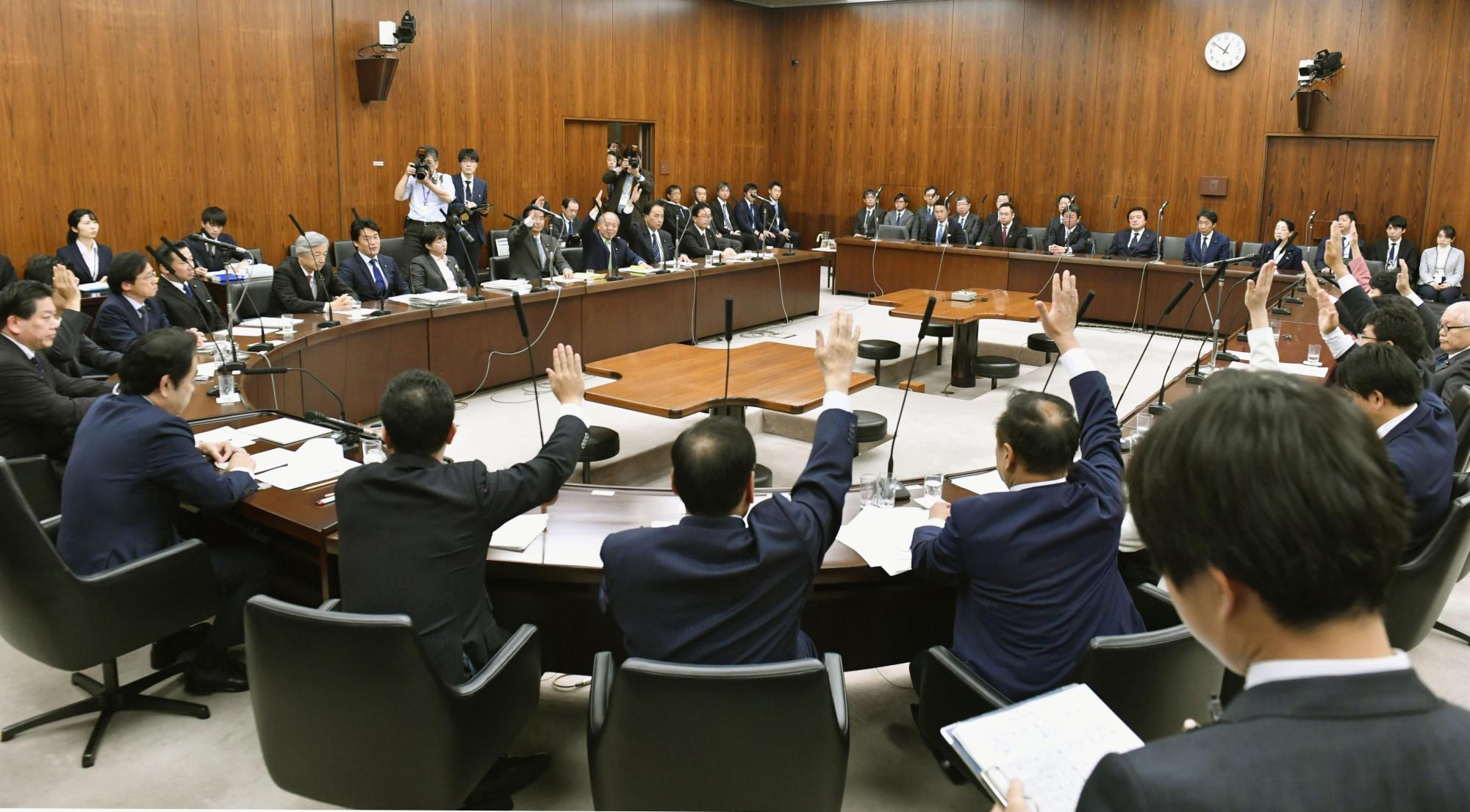 An Upper House committee OKs Japan's trade deal with the United States on Tuesday. The deal was approved at the Upper House plenary session Wednesday. | KYODO