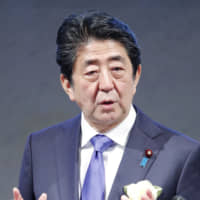 Prime Minister Shinzo Abe told a year-end gathering of business lobby the Keidanren that he hoped companies would boost wages during the annual shuntō wage negotiations in spring. | KYODO