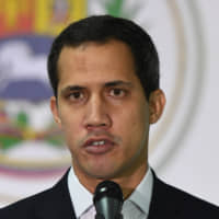 Venezuelan opposition leader and self-proclaimed acting President Juan Guaido speaks during a press conference in Caracas Sunday. Corruption allegations against allies of Guaidó unleashed on Sunday a crisis just when his strategy to expel the president of Venezuela, Nicolás Maduro, appears weakened. | AFP-JIJI