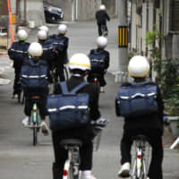 Hiroshima's middle school students wear bike helmets, so why not high schoolers?