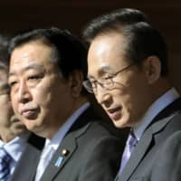 Prime Minister Yoshihiko Noda (left) and South Korean President Lee Myung-bak after meeting in Kyoto in December 2011 | KYODO