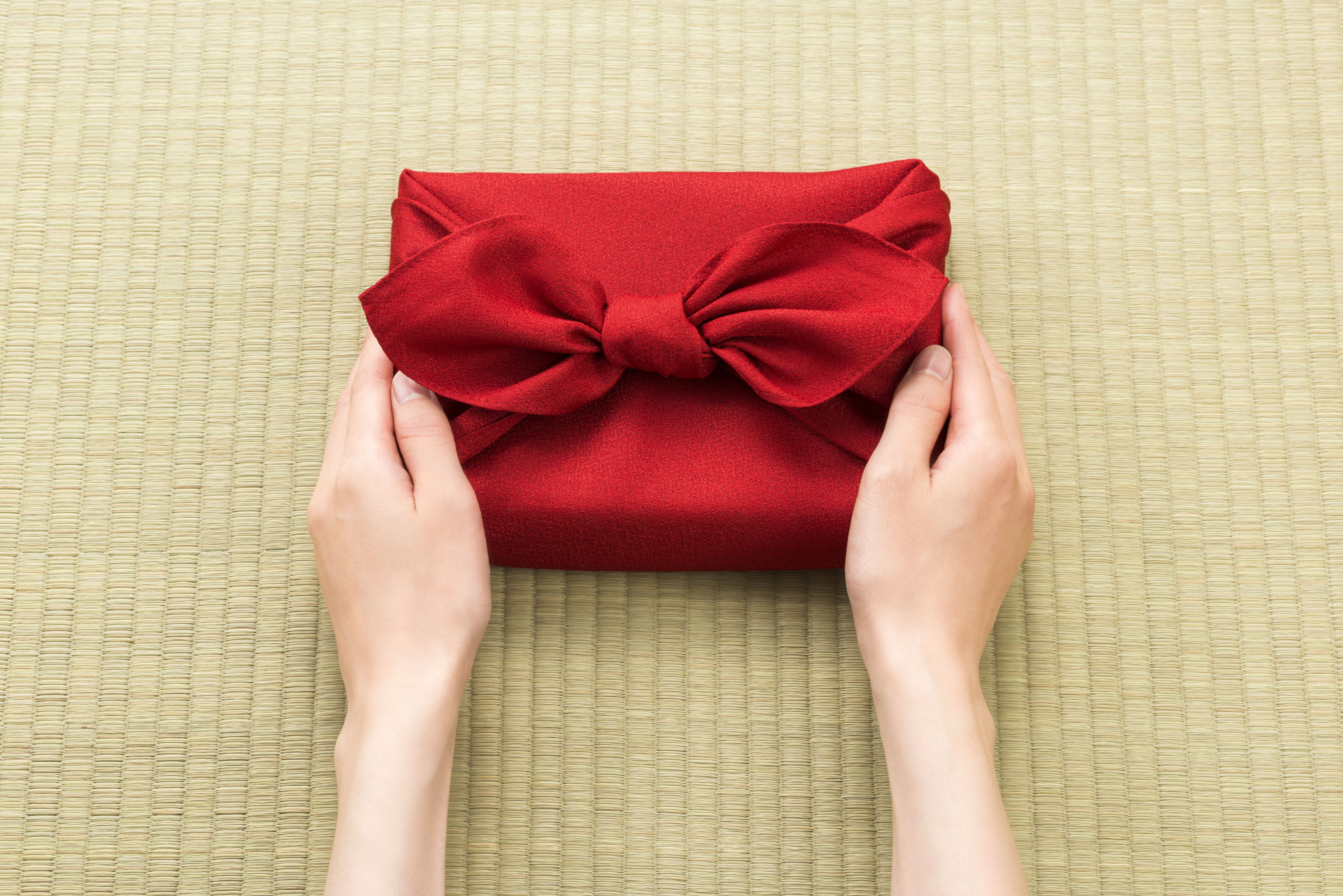 Year-end wraps: Wrapping a present in traditional 風呂敷 (furoshiki, wrapping cloth) might be a more environmentally friendly way to deliver your gifts this holiday season. | GETTY IMAGES