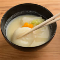 Unlike the clear broth used in most Kanto-style zōni, Kyoto-style zōni uses a white miso soup base and round, instead of square, mochi. | MAKIKO ITOH
