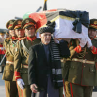 Tribute: Afghan President Ashraf Ghani and soldiers carry the coffin of slain physician Tetsu Nakamura in Kabul on Dec. 7 before transporting his body to his homeland. | KYODO