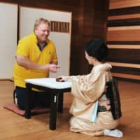 A traveler enjoying classic games with geisha during a Meet Geisha event. | GAIAX CO.
