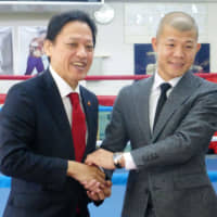 Kyoei Gym president Keiichiro Kanehira (left) poses with Koki Kameda at a contract-signing event in October 2016 in Tokyo. | KYODO