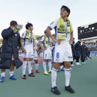 Vortis midfielder Ken Iwao and his teammates greet supporters following the team's 1-1 draw with  Bellmare in the J1 Playoff final on Saturday in Hiratsuka, Kanagawa Prefecture. | KYODO