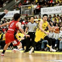 Sunrockers guard Kaito Morizane dribbles the ball in the fourth quarter against the Diamond Dolphins on Sunday at Aoyama Gakuin University Memorial Hall. Shibuya defeated Nagoya 96-77. | B. LEAGUE
