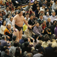 Hakuho exits the ring after clinching his 43rd Emperor's Cup on Nov. 23, the penultimate day of the Kyushu Basho at Fukuoka Kokusai Center. | KYODO