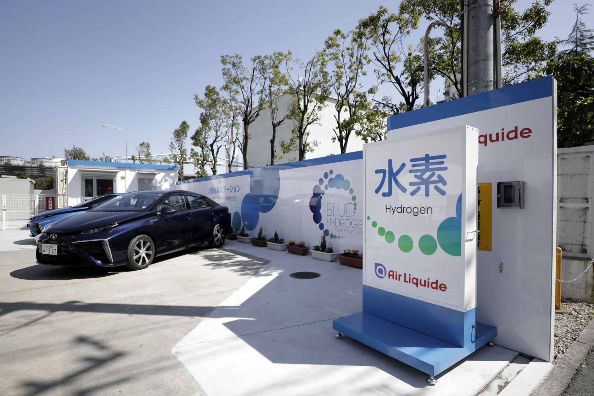 A Toyota Motor Corp. Mirai fuel cell vehicle sits parked at a hydrogen station in Kawasaki. Shipments of hydrogen fuel cells grew by more than 40 percent last year, according to a report from energy consultant E4tech. | BLOOMBERG