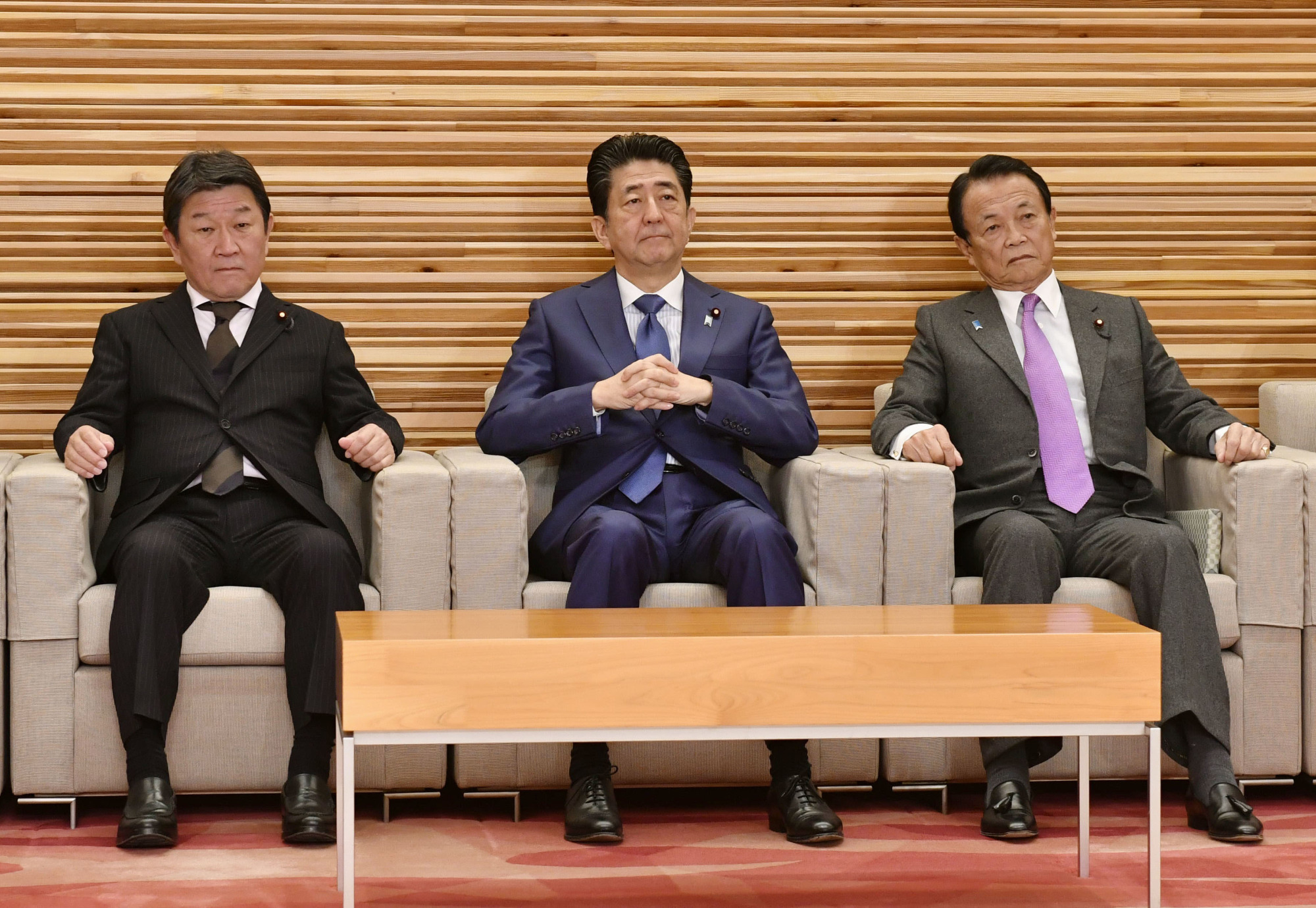 Flanked by Foreign Minister Toshimitsu Motegi (left) and Finance Minister Taro Aso, Prime Minister Shinzo Abe attends a Cabinet meeting Friday to approve bills on a tax reform package for fiscal 2020.   KYODO