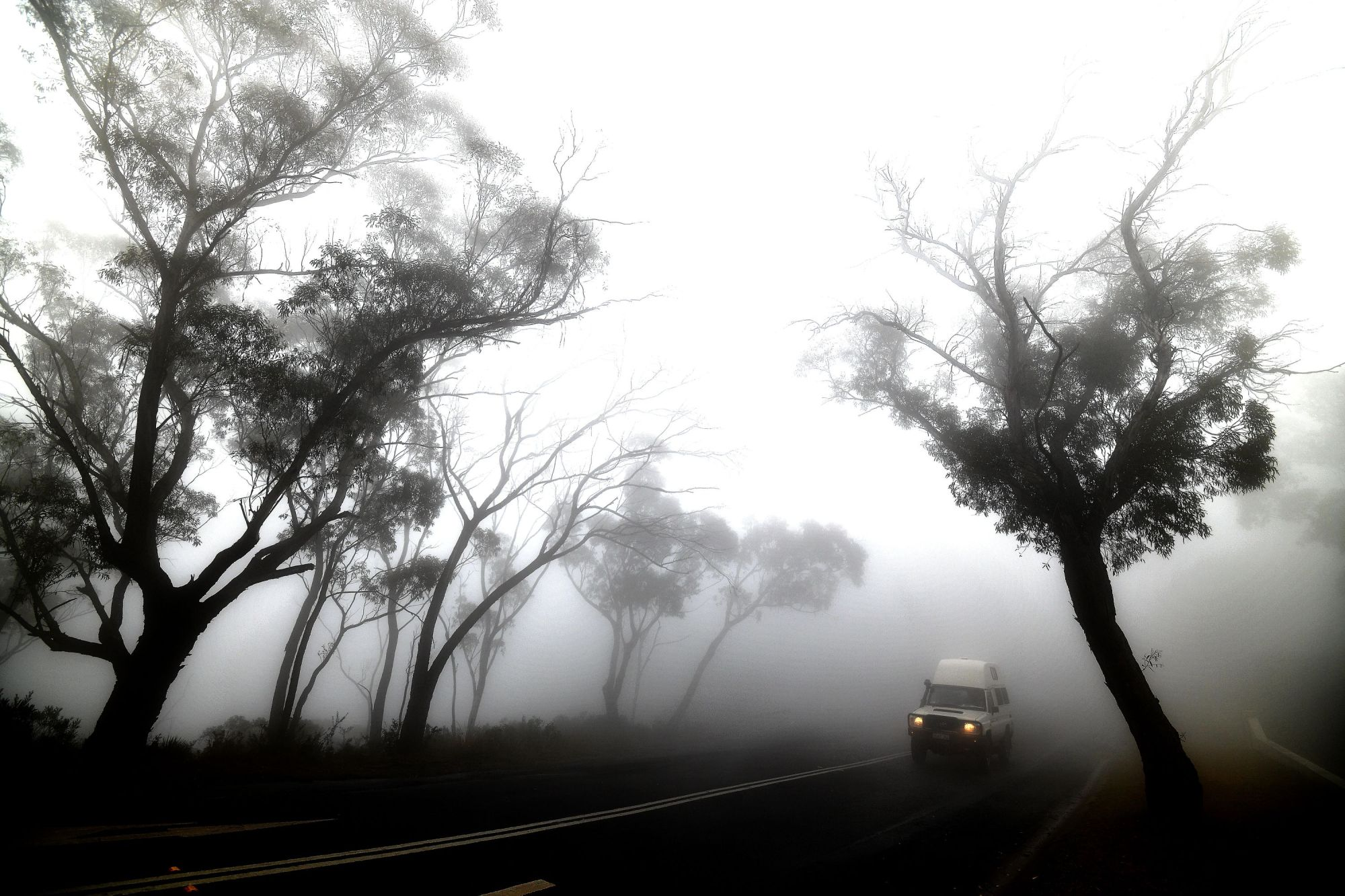 Fog mixed with bush-fire smoke cloaks the Ruined Castle area of the Blue Mountains, 75 kilometers from Sydney, on Saturday. | AFP-JIJI