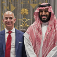 Amazon CEO Jeff Bezos and Saudi Crown Prince Mohammed bin Salman in Riyadh on Nov. 9, 2016 | AFP-JIJI