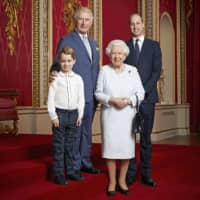 Prince George, Prince Charles, Queen Elizabeth II and Prince William in the Throne Room at Buckingham Palace in London on Dec. 18 | RANALD MACKECHNIE / BUCKINGHAM PALACE / VIA AFP-JIJI