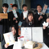 Students of Akeno High School in Ise, Mie Prefecture, have cultivated Musubi no Kami brand rice, which has won Global GAP certification. | CHUNICHI SHIMBUN
