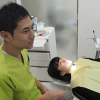 Orthodontist Yuki Miyajima chats about teeth alignment with 12-year-old patient Kaho Yamaguchi. She has been receiving treatment at Kalmia Dental Clinic in Sumida Ward, Tokyo, for about two years. | KYODO