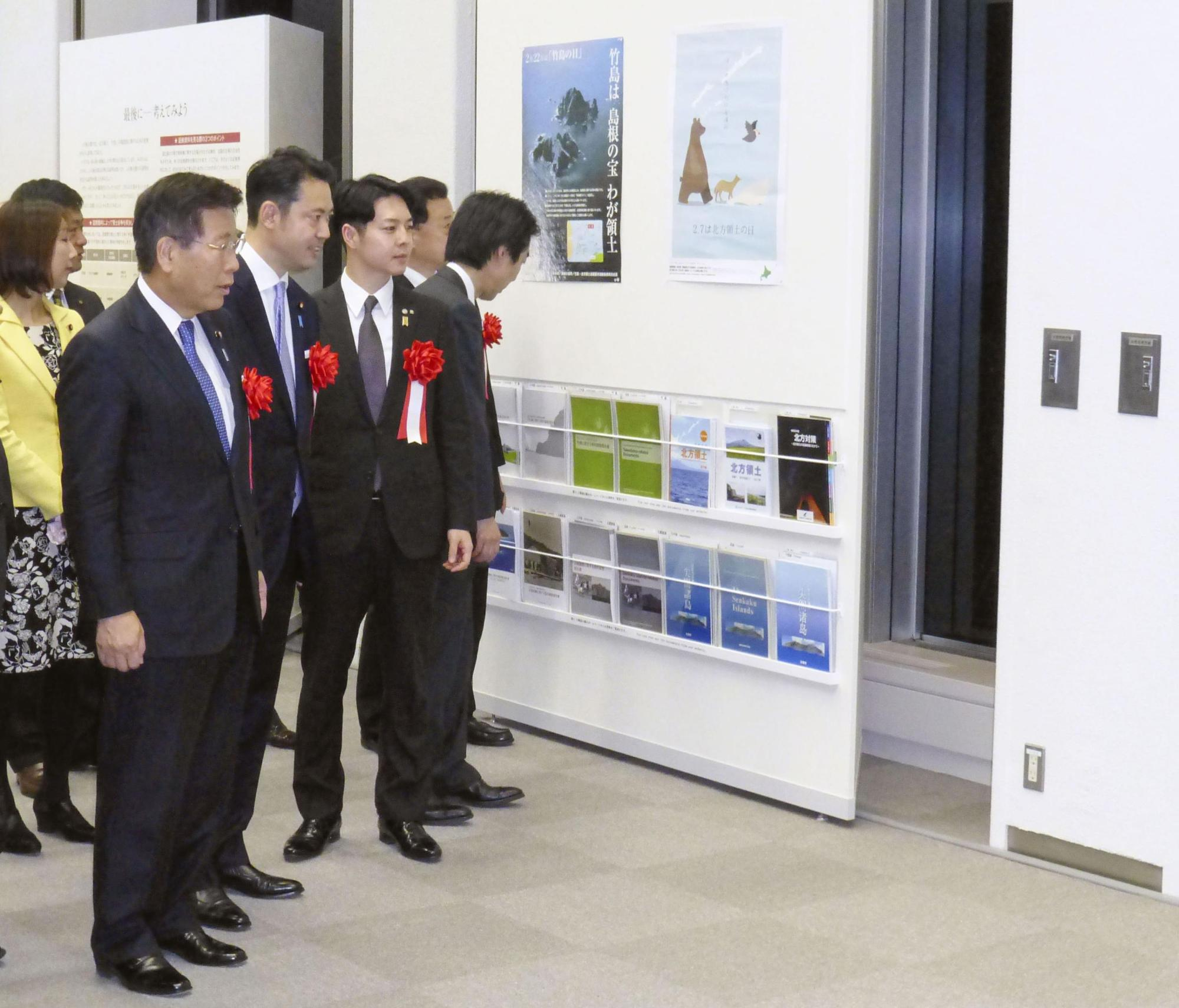 Seiichi Eto (left), minister in charge of territorial issues, visits the National Museum of Territory and Sovereignty in Chiyoda Ward, Tokyo, on Monday. | KYODO