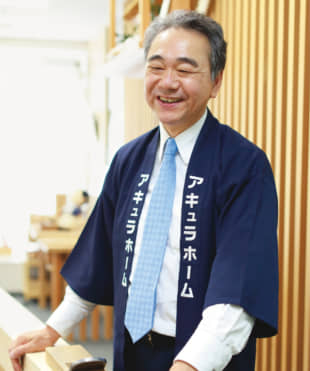 MIYAZAWA Toshiya, representative director and president of Aqura Home Co., became a carpenter at age 15 and later founded his company. His penchant for carving wood with a traditional Japanese hand plane called a kanna led to the idea for developing the wooden straws.