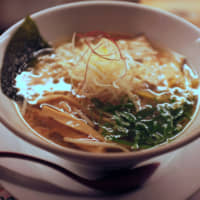 Pure vegetable umami: Kyushu Jangara's vegan ramen has a flavorful yuzu citrus broth that harmonies with the simple green onion toppings. | CHISATO TANAKA