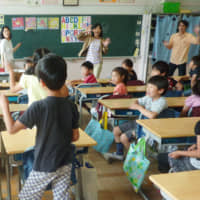 Third-grade students study English inTokyo's Shinagawa Ward. | KYODO