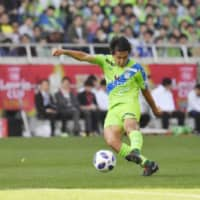 The Kashima Antlers have signed Daiki Sugioka, who is seen scoring a goal for Shonan Bellmare against Yokohama F. Marinos in the Levain Cup final in October. | KYODO