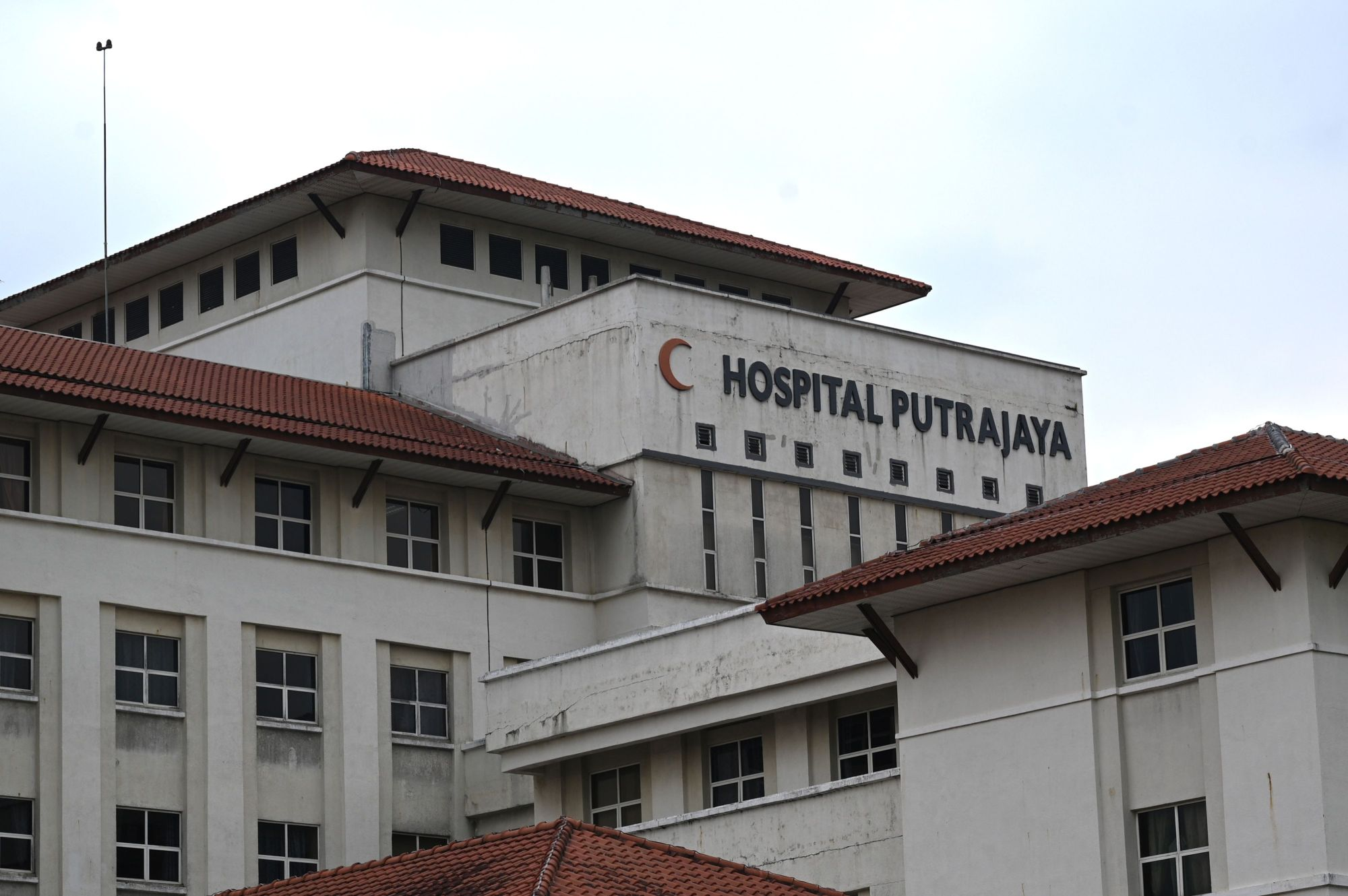 Badminton world No. 1 Kento Momota is receiving treatment at Putrajaya Hospital, which is near Kuala Lumpur, after a van he was riding in was involved in an accident that killed the driver early Monday morning in Malaysia. | AFP-JIJI