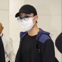 Kento Momota arrives at Narita International Airport on Wednesday after he was released from a Malaysian hospital following an injury in a vehicle collision earlier this week. | KYODO