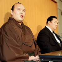 Kitazakura (left), next to stablemaster Kitanoumi, discusses his retirement at a news conference on March 9, 2010. | KYODO