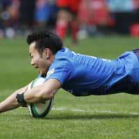 Panasonic's Kenki Fukuoka scores a try in the second half against Toyota on Saturday during a Top League match at Toyota Stadium. | KYODO