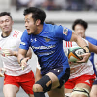 Panasonic's Kenki Fukuoka runs with the ball during his team's Top League game against Toyota on Saturday in Toyota, Aichi Prefecture. | KYODO