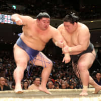 Goeido (right) grabs Shodai's arm during their bout at Ryogoku Kokugikan on Saturday, the seventh day of the New Year Grand Sumo Tournament. | NIKKAN SPORTS