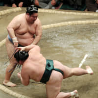 Title chase heats up at New Year Grand Sumo Tournament