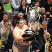 Tokushoryu holds the Emperor's Cup after winning the New Year Grand Sumo Tournament on Sunday at Tokyo's Ryogoku Kokugikan. | NIKKAN SPORTS