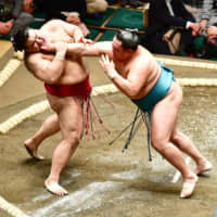 Yokozuna duo experience mixed fortunes on Day 1