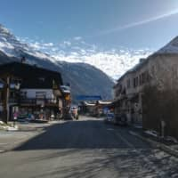 The main street in Les Contamines-Montjoie, near Mont Blanc in the French Alps, where five British nationals including a child have tested positive for the new coronavirus in France, is seen Saturday. The new 'cluster' is centred on a Briton who had returned from Singapore and stayed in Contamines-Montjoie at the same ski chalet, Health Minister Agnes Buzyn said. | AFP-JIJI