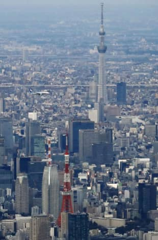 An airplane flies past Tokyo Skytree on Sunday to test a new low-altitude route set to be introduced in March. | KYODO