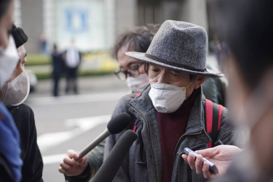 An man in his 70s speaks to the media outside Yokohama Station on Wednesday shortly after disembarking from the Diamond Princess, a cruise ship that had been quarantined in Yokohama for two weeks. | RYUSEI TAKAHASHI.