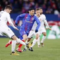 FC Tokyo's Yojiro Takahagi (center) and Perth Glory's Alex Grant compete in the first half of an Asian Champions League match on Tuesday at Ajinomoto Stadium. | KYODO
