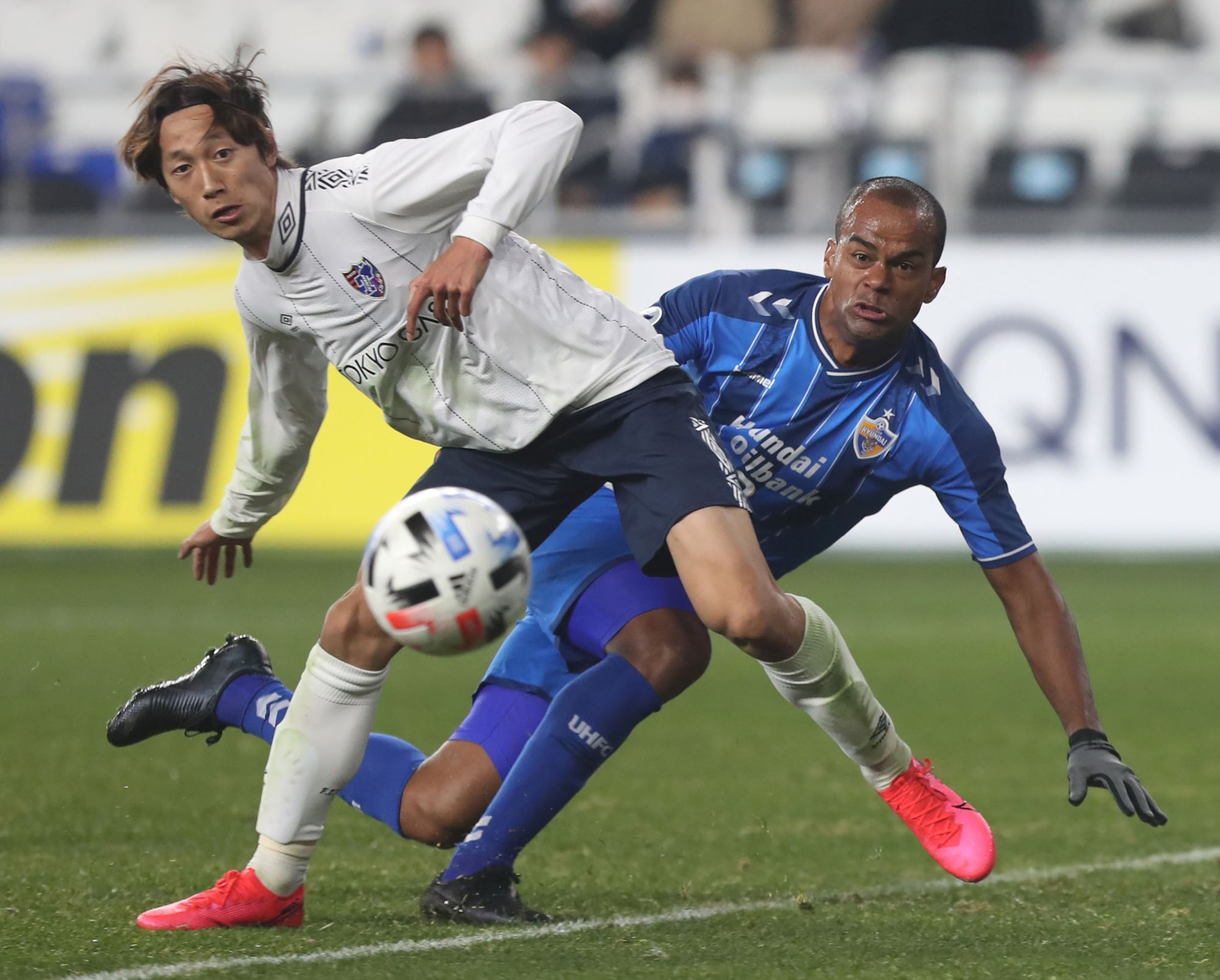 Tokyo's Sei Muroya (left) competes for the ball with Ulsan's Junior Negrao during an Asian Champions League group stage match on Tuesday in Ulsan, South Korea. | AFP-JIJI