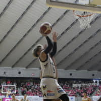 Golden Kings guard Tomonobu Hasegawa shoots a layup in the third quarter of Saturday's game against the Northern Happinets. | B. LEAGUE