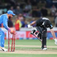 New Zealand's Colin de Grandhomme (right) is run out by India's Virat Kohli during a one-day international between New Zealand and India at Seddon Park in Hamilton, New Zealand, on Wednesday. | AFP-JIJI