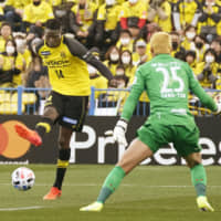Reysol's Michael Olunga scores a goal in the first half past Consadole goalkeeper Gu Sung-yun on Saturday at Sankyo Frontier Stadium. | KYODO